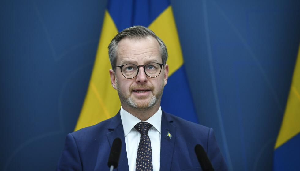 Sveriges Innenriksminister Mikael Damberg (S) holdt pressekonferanse i Stockholm søndag. Regjeringen har besluttet å stoppe innreise fra Norge for å redusere risikoen for smitte fra den britiske virusvarianten B117. Foto: Fredrik Sandberg/TT / NTB