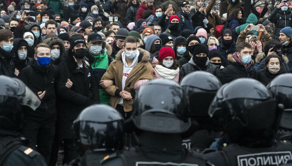 Demonstranter i Moskva står overfor politistyrker. Foto: Pavel Golovkin / AP / NTB