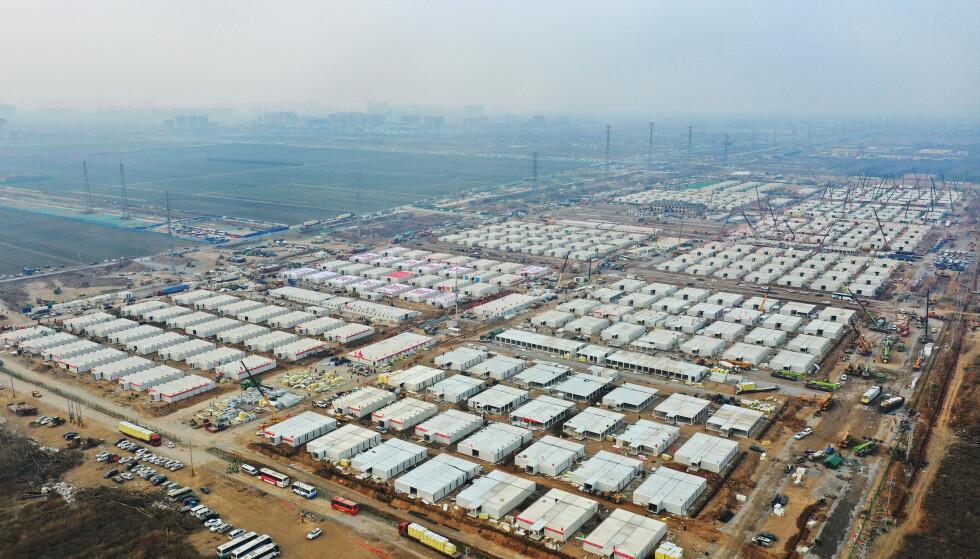 Et enormt karantenesenter er under oppføring. Foto: Yang Shiyao/Xinhua via AP/NTB