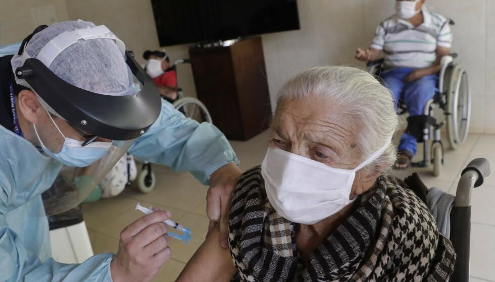 Flere land, blant dem Norge, ber nå leger vurdere helsetilstanden til eldre og skrøpelige nøye før de får koronavaksine. Foto: AP / NTB