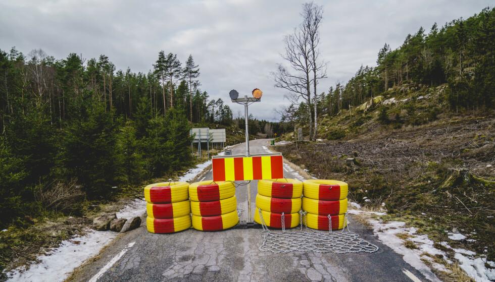 Smittetallene går nedover. Fylkesvei 102 er sperret ved grensen til Sverige. Sverige innfører innreiseforbud fra Norge i tre uker framover som følge av at den britiske virusmutasjonen er påvist i Norge. Foto: Stian Lysberg Solum / NTB