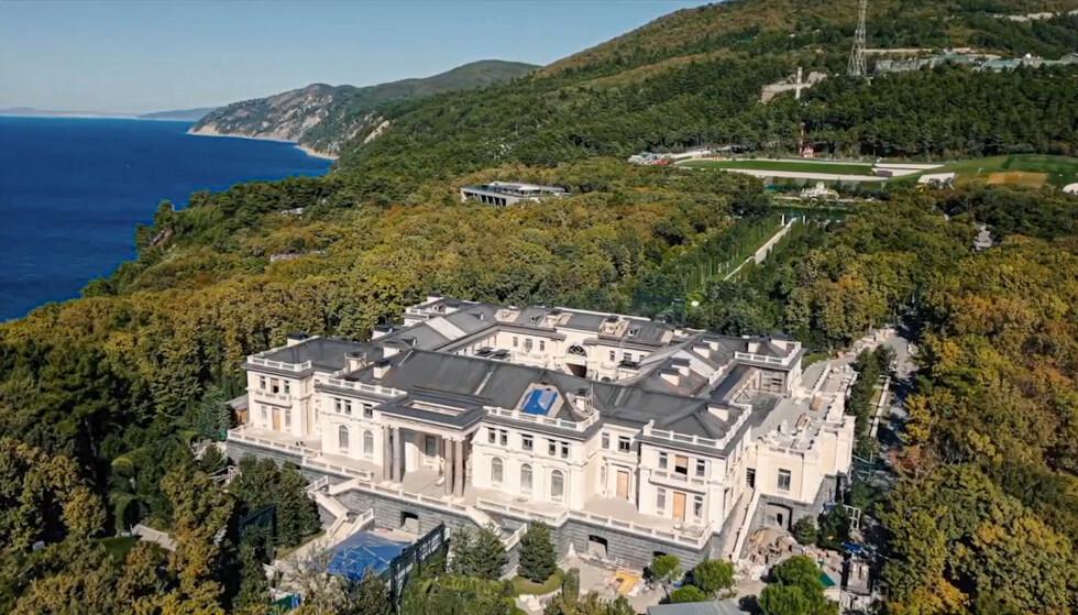 Denne storslagne eiendommen ved Svartehavet har vekket stor oppmerksomhet i Russland etter en video der det sies at den tilhører Vladimir Putin. Nå sier en av Putins venner at den tilhører ham. Foto: Navalny Life YouTube channel / AP / NTB