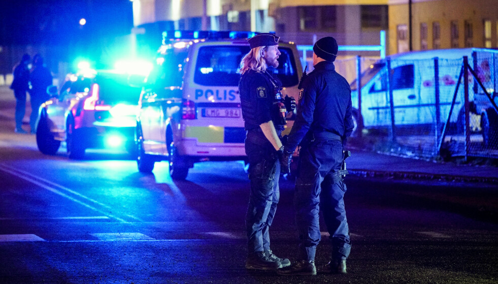 Politi på plass ved Västra Sandgatan i Helsingborg etter melding om skyting. Minst fem personer er skadd, ifølge politiet. Foto: Johan Nilsson/TT/NTB