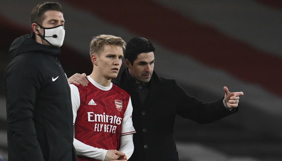 Martin Ødegaard er blant reservene også i Arsenals bortekamp mot Wolverhampton torsdag. Her får han instrukser fra Mikel Arteta før debuten mot Manchester United. Foto: Andy Rain, Pool via AP/NTB
