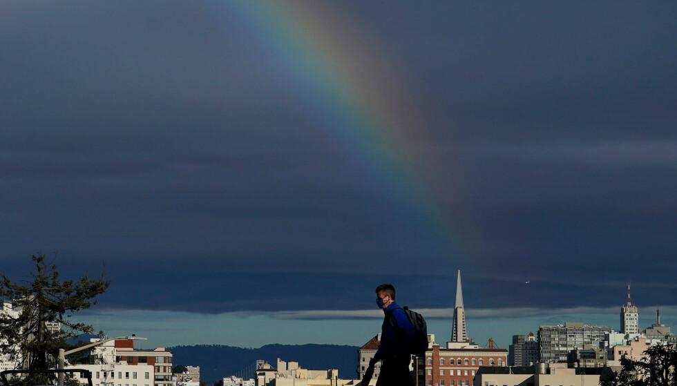 Det er lysere tider i verdens kamp mot coronapandemien denne uken. Her fra San Francisco, i et USA som opplever smittetall som faller. Foto: Jeff Chiu / AP / NTB
