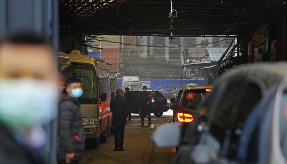 I slutten av forrige måned besøkte WHO-ekspertene det mye omtalte sjømatmarkedet i Wuhan, hvor det antas at koronaviruset først dukket opp. Foto: Ng Han Guan / AP / NTB
