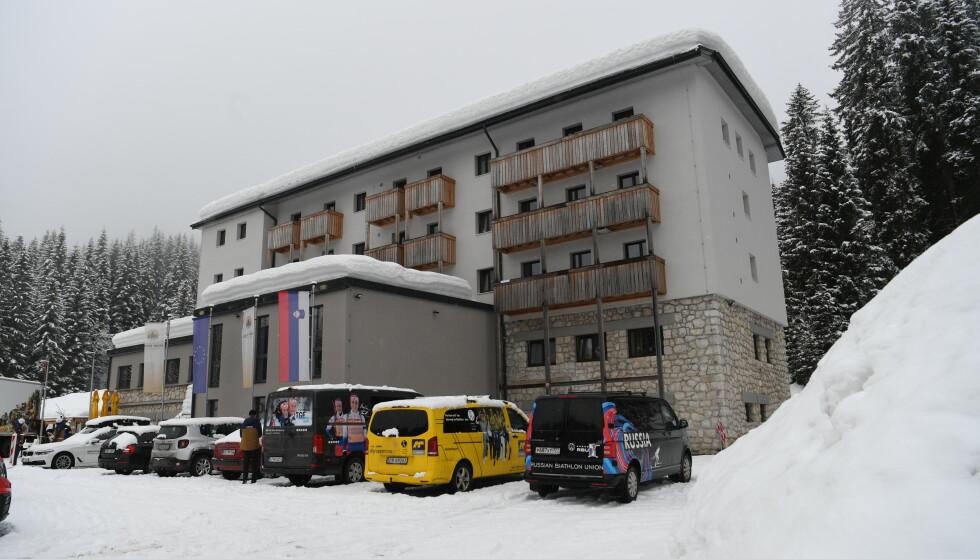 Det er gjort 770 koronatester i dagene før skiskytter-VM i Slovenia. Tre svar kom tilbake som positive. Her er et av utøverhotellene i Pokljuka. Foto: Fredrik Sandberg / TT / NTB