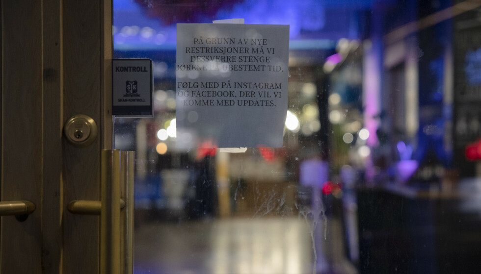 Serveringssteder i Oslo er åpne igjen, men det er fortsatt full skjenkestopp i hovedstaden. Torggata Bad på Youngstorget holder stengt. Foto: Jil Yngland / NTB