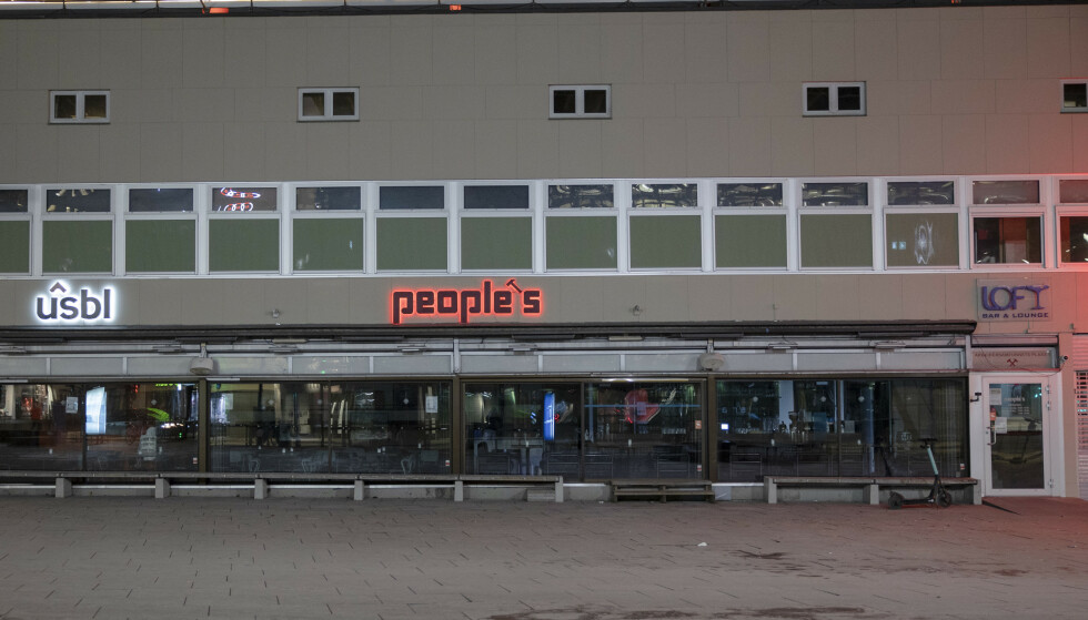 Folketomt utenfor Peoples i Oslo sentrum onsdag kveld. Foto: Jil Yngland / NTB