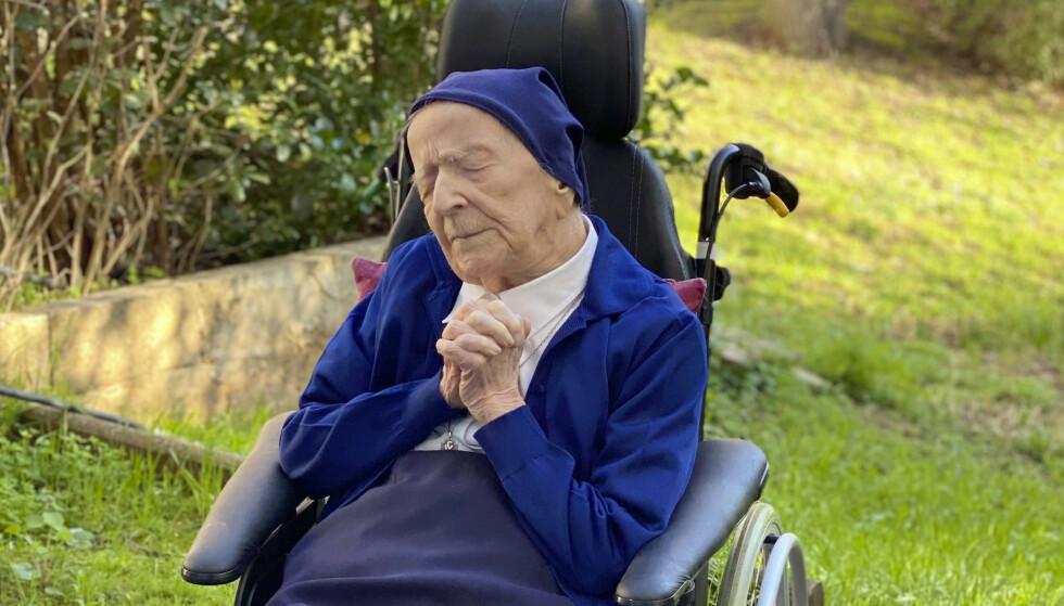 Søster André, født Lucile Randon, er verdens nest eldste menneske og den eldste som har overlevd koronasmitte. Denne uken fylte den franske nonnen 117 år. Foto: David Tavella / Sainte-Catherine Laboure sykehjem / AP / NTB
