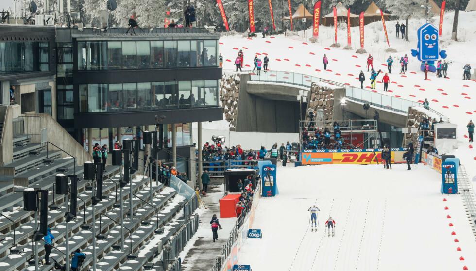 I fjor gikk svenske Frida Karlsson og Therese Johaug 30 km i Holmenkollen for tomme tribuner. i år blir det ikke renn i det hele tatt. Foto: Terje Bendiksby / NTB