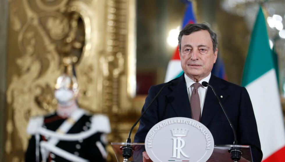 Italias påtroppende statsminister Mario Draghi møtte pressen etter å ha godtatt mandatet fra presidenten fredag kveld. Foto: Yara Nardi/Pool photo via AP / NTB