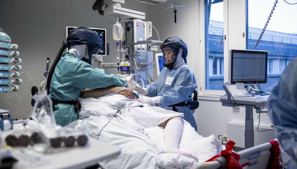 76 coronapasienter var lørdag innlagt på sykehus. Det var fire færre enn dagen før. Bildet er fra intensivavdelingen på Oslo universitetssykehus Rikshospitalet i november i fjor. Foto: Jil Yngland / NTB