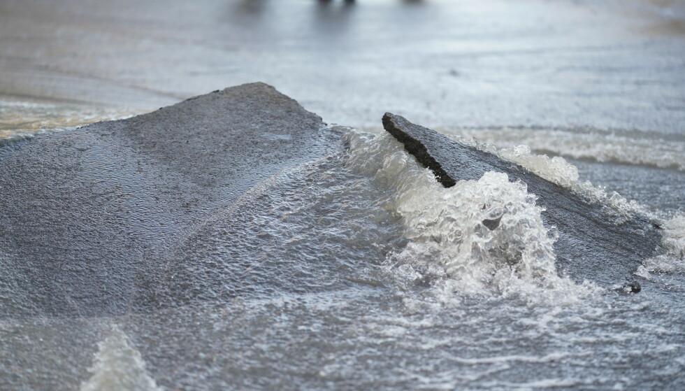 Det er en stor vannlekkasje i Maridalsveien søndag morgen. Foto: Fredrik Hagen / NTB