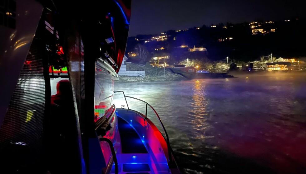 Det ble lørdag kveld igangsatt en større redningsaksjon ved Askholmen utenfor Drøbak. En dykker kom ikke tilbake til båten som avtalt. Søndag formiddag ble en person funnet død i området. Foto: RS Einar Staff Senior / Redningsselskapet / NTB