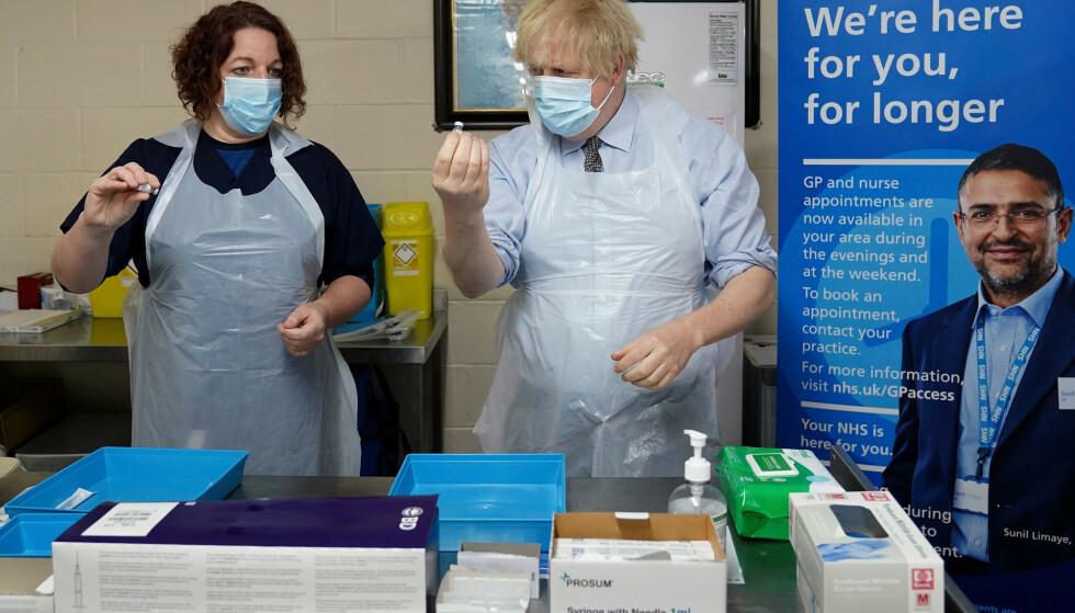 Storbritannias statsminister Boris Johnson får demonstrert hvordan man forbereder en vaksinedose på et vaksinasjonssenter i Batley i West Yorkshire 1. februar. Til venstre er sykepleier Sarah Sowden. Arkivfoto: Jon Super / AP / NTB