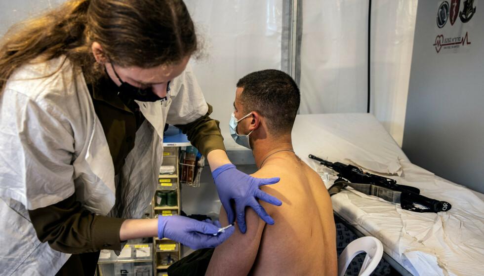 En israelsk soldat blir vaksinert tidligere i februar. Foto: Tsafrir Abayov / AP / NTB