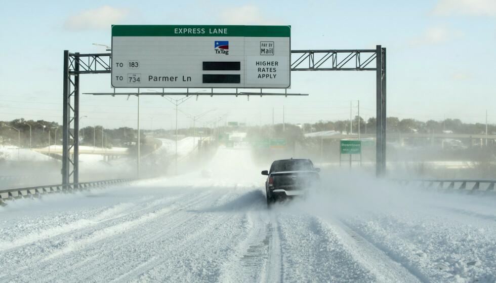 Kulde og store snømengder skaper kaos i USA. Her forsøker en bilist å navigere en snødekt motorvei i Austin i Texas. Foto: Jay Janner / Austin American-Statesman via AP / NTB