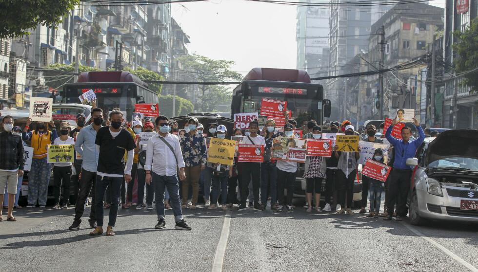 Demonstranter blokkerte veier i Yangon onsdag. Tusenvis møtte opp til nye demonstrasjoner mot militærjuntaen. Foto: AP / NTB