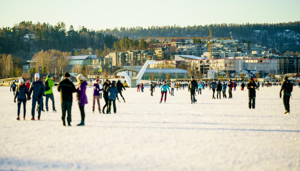 Et væromslag er på gang i Sør-Norge. Oslo-brannvesenet ber folk vise varsomhet når de beveger seg ut på isen. Her ved Kadettangen ved Sandvika tidligere denne måneden. Foto: Stian Lysberg Solum/NTB