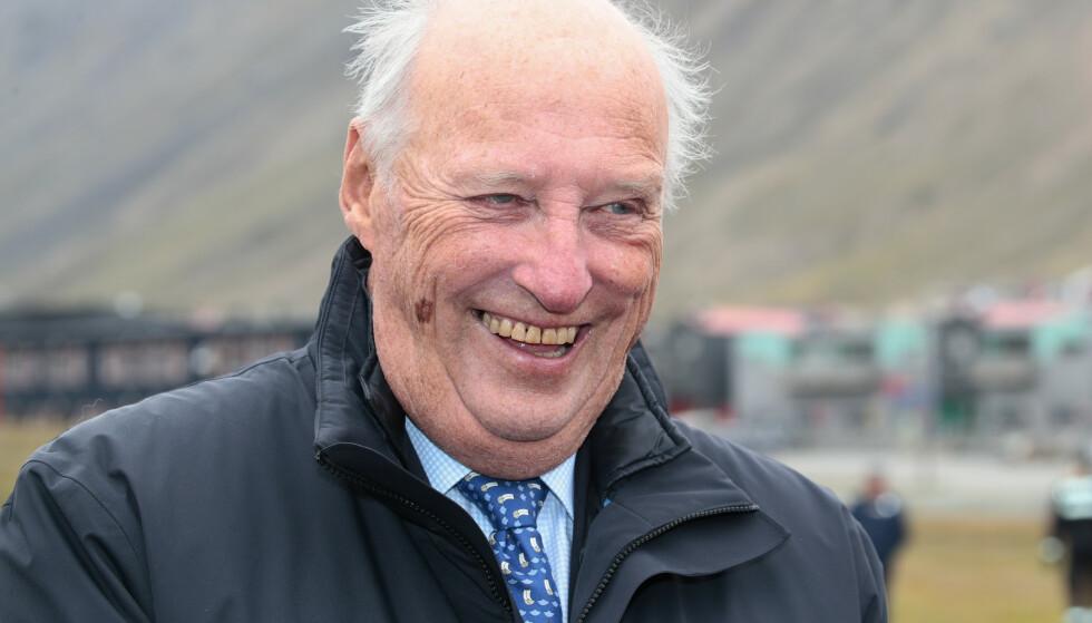 Kong Harald fyller 84 år søndag. Slottet opplyser til NTB at dagen blir feiret privat. Her er kongen i forbindelse med et besøk på Svalbard i 2018. Arkivfoto: Lise Åserud / NTB