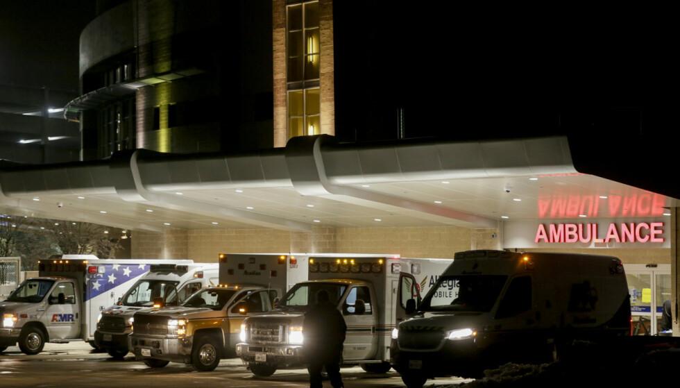 Ambulanser står klare til å frakte pasienter fra St. David's South Austin Medical Center i Austin, Texas på onsdag forrige uke. Flere sykehus i sørlige USA slet med vannmangel og strømbrudd på grunn av det uvanlige vinterværet forrige uke. Foto: Bronte Wittpenn / Austin American-Statesman via AP / NTB