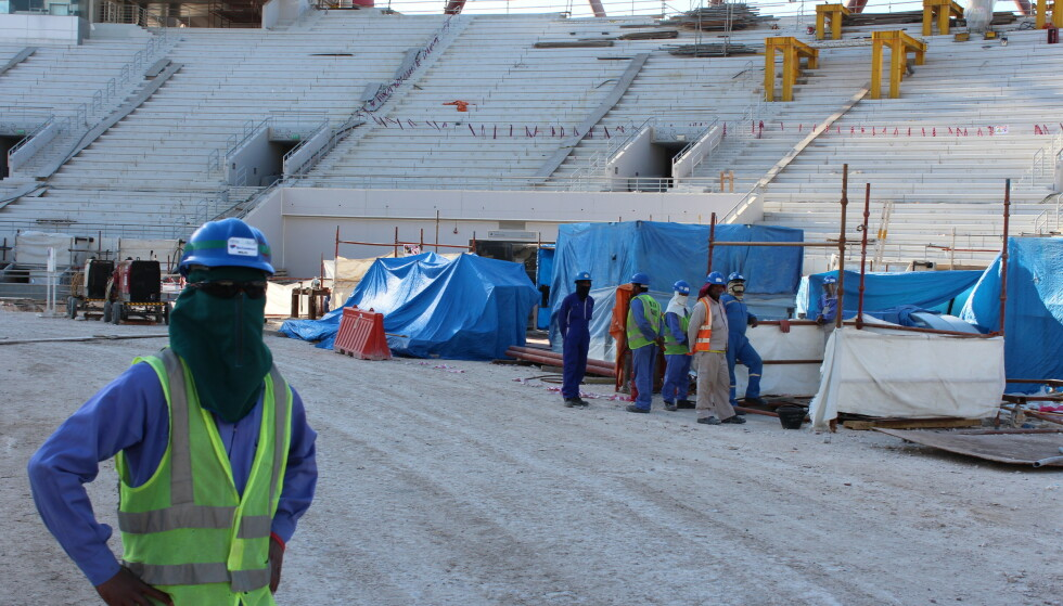 Gjestearbeidere fra Asia og Afrika har bygd mesteparten av anleggene som neste år skal huse fotball-VM i Qatar. Tusenvis av dem har måttet bøte med livet. Foto: Magnus Aabech / NTB