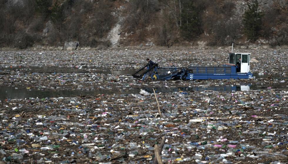 Et tysk spesialfartøy forsøker nå å hente opp en del av søppelet som har hopet seg opp i elva Drina i Bosnia. Foto: AP / NTB