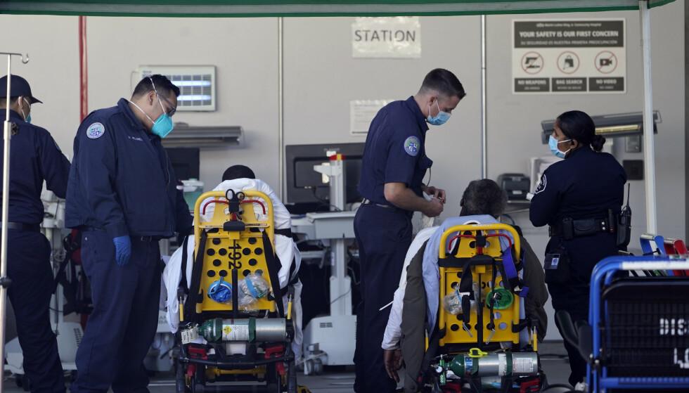 Covid-19-pasienter som har blitt fraktet i ambulanser, venter på å bli innlagt på et sykehus i Los Angeles. Amerikanske forskere tror de har påvist en mutert variant av koronaviruset som kan være enda mer smittsom. Foto: Damian Dovarganes / AP / NTB