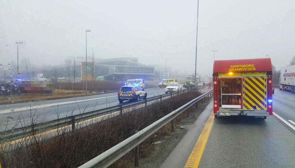 En mann er siktet for et drapsforsøk og ett tilfelle av grov vold etter trafikkulykken på E6 ved Sarpsborg torsdag. Foto: Freddie Larsen / NTB