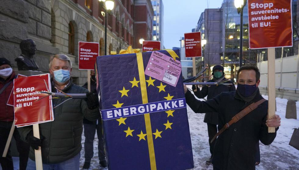 Nei til EU aksjonerte utenfor Høyesterett da rettsbehandlingen startet. Foto: Ole Berg-Rusten/NTB