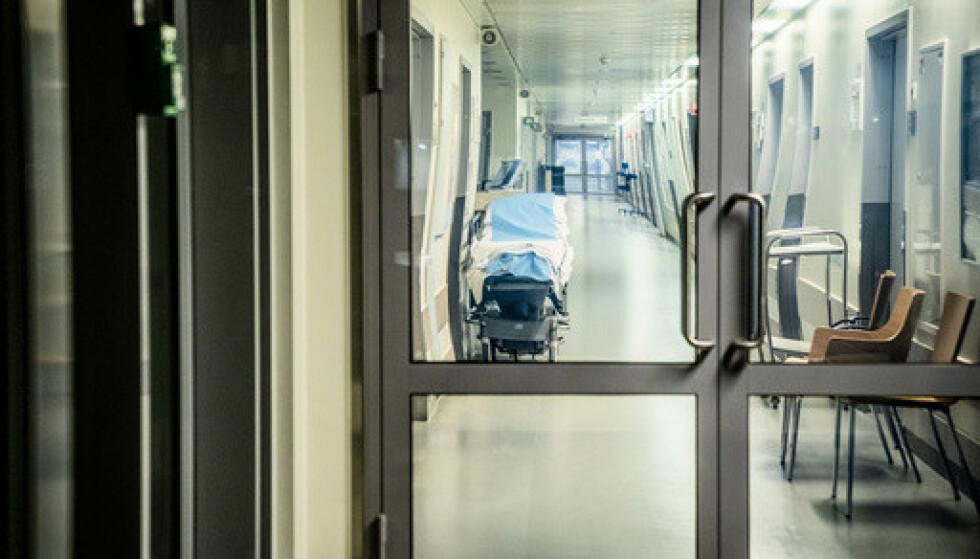 Tallet på innlagte koronapasienter er tredoblet siden 17. februar ved Akershus universitetssykehus (Ahus). Her står en sykehusseng i en av sykehusets ganger. Foto: Stian Lysberg Solum / NTB