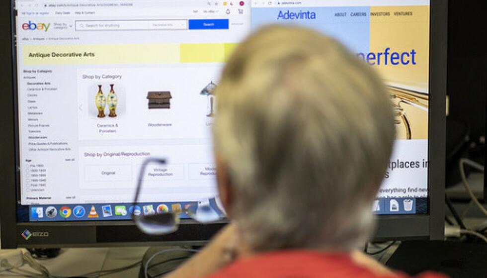 I nær halvpartene av tilfellene skjer ved at noen handler på nett i andres navn, viser en undersøkelse. Illustrasjonsfoto: Heiko Junge / NTB