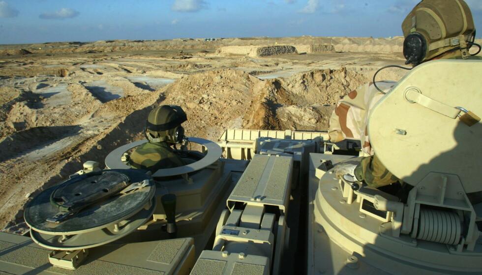 Norske soldater i Irak: Det norske pansrede ingeniørkompaniet leir i al-Shaiba. Forsvaret har fire mineryddingsmaskiner på plass til Irak, men disse str ubrukt. Foto: Gunnar Lier / SCANPIX