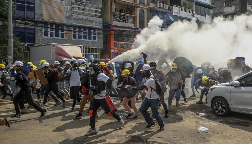 Demonstranter i gatene i Yangon i Myanmar onsdag. Foto: AP / NTB
