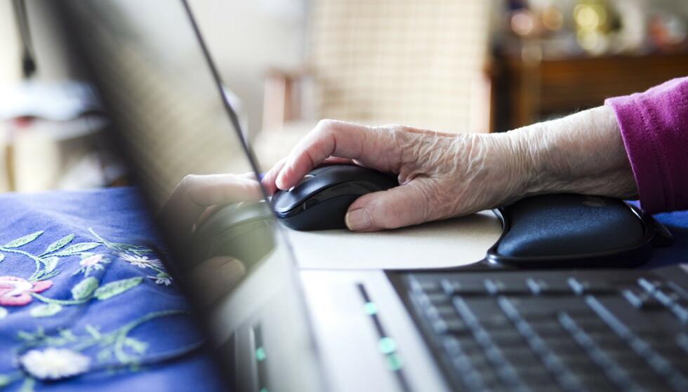 En eldre kvinne ble lurt til å oppgi personnummer, BankID-kode og passord til svindlere. Foto: Berit Roald / NTB