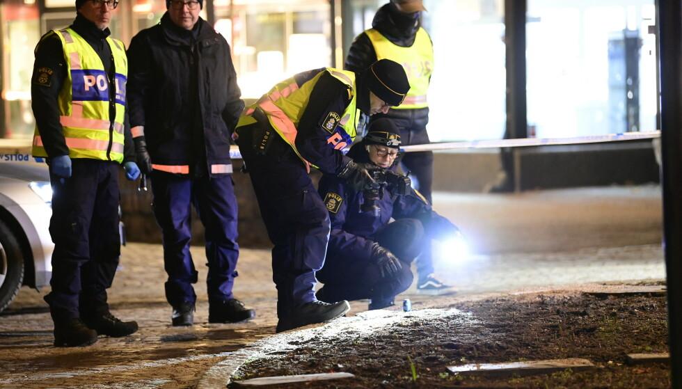 Politiet undersøkte åstedet der flere personer ble angrepet med øks i Vetlanda i Sverige onsdag. Foto: Mikael Fritzon / TT / AP / NTB