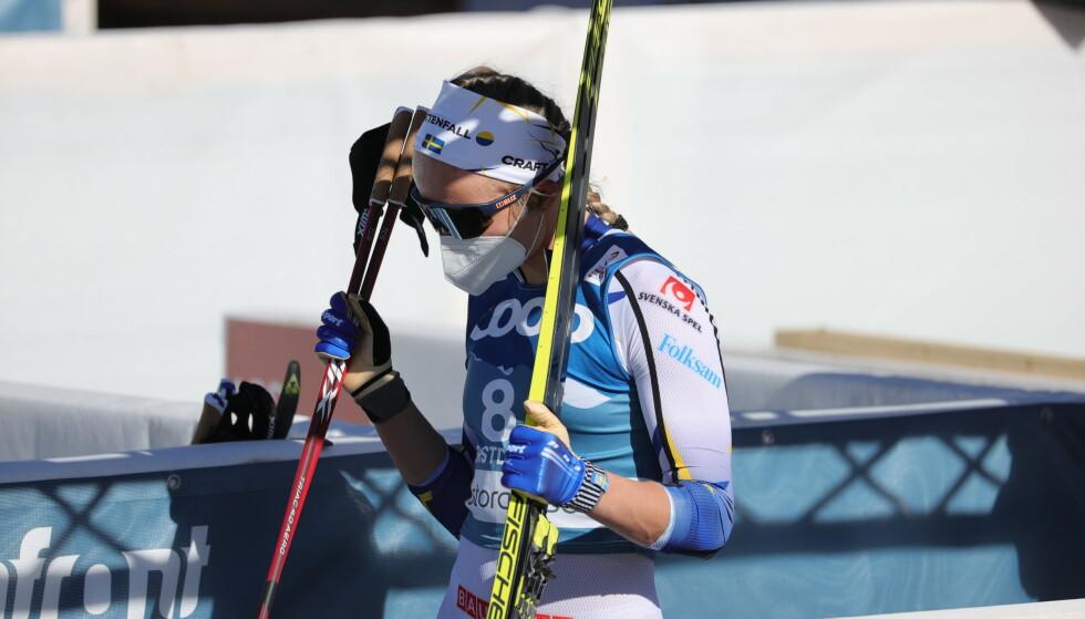 Sveriges Linn Svahn forlater arenaen etter semifinalen i sprint under ski-VM i Oberstdorf. Foto: Adam Ihse/TT / NTB