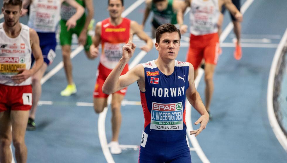 Jakob Ingebrigtsen avbildet etter seieren på 1500 meter i innendørs-EM fredag. Foto: Christine Olsson/TT/NTB