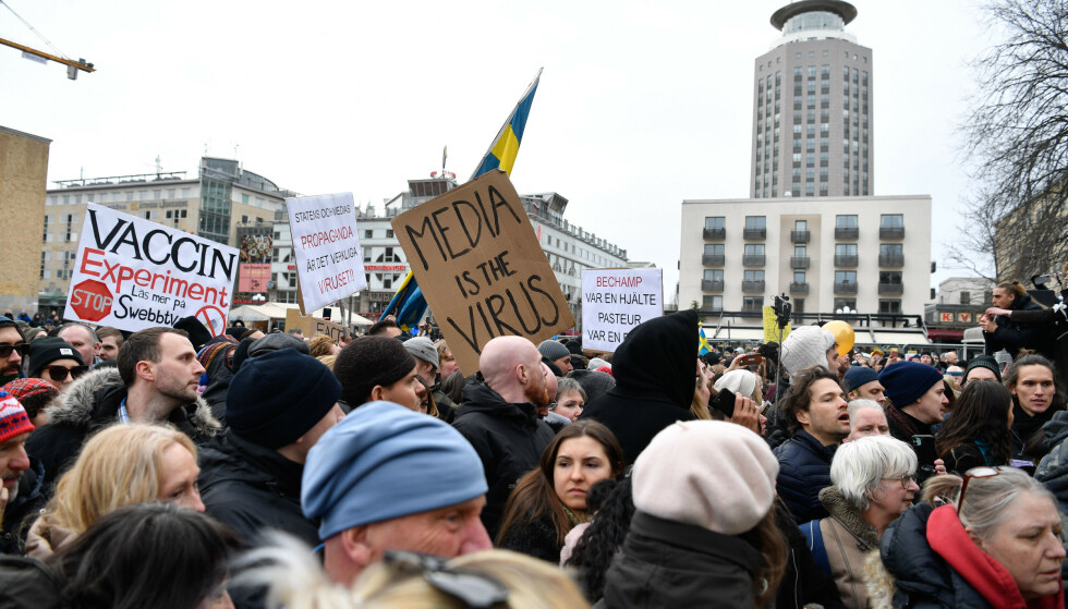Anslagsvis 500 mennesker møtte opp for å demonstrere mot koronarestriksjoner på Medborgarplatsen i Stockholm. Foto: Henrik Montgomery/TT / NTB