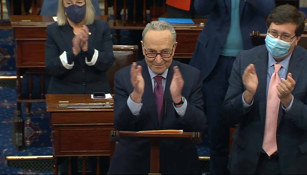 Senatets flertallsleder Chuck Schumer kan være fornøyd etter en lang dag på jobben. Foto: Senate Television via AP / NTB