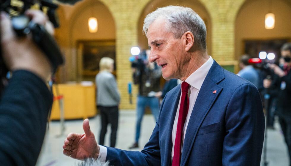 Jonas Gahr Støre (Ap) i vandrehallen. Foto: Håkon Mosvold Larsen / NTB