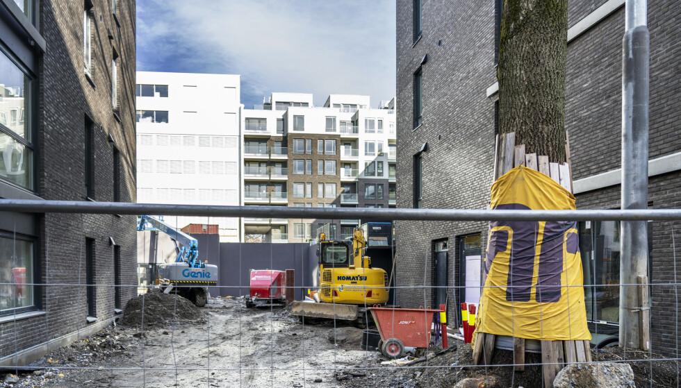 En byggeplass på Grünerløkka i Oslo ble i slutten av februar stengt etter at 18 ansatte fikk påvist koronasmitte. 150 personer ble satt i karantene etter utbruddet. Foto: Ole Berg-Rusten / NTB