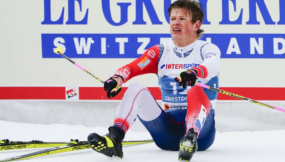 Johannes Høsflot Klæbo etter en dramatisk innspurt med stavbrekk under langrenn 50 km for menn under VM på ski 2021 i Oberstdorf, Tyskland. Foto: Lise Åserud/NTB