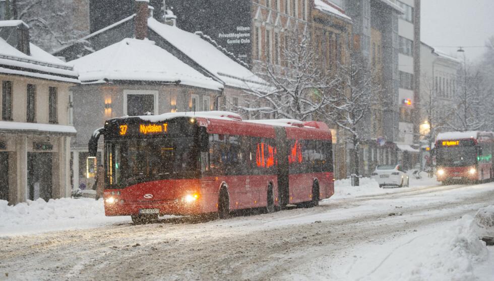 Kjøreforholdene var krevende for bussene i Oslo torsdag morgen. Det har ført til flere kanselleringer, melder Ruter. Foto: Fredrik Varfjell / NTB