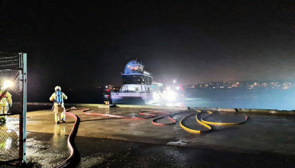 Etter en brann i en hybridbåt som er tauet til Tønsberg, er det etablert en sikkerhetssone på 300 meter fra der båten ligger til kai i Vallø. Foto: Vestfold interkommunale brannvesen / NTB