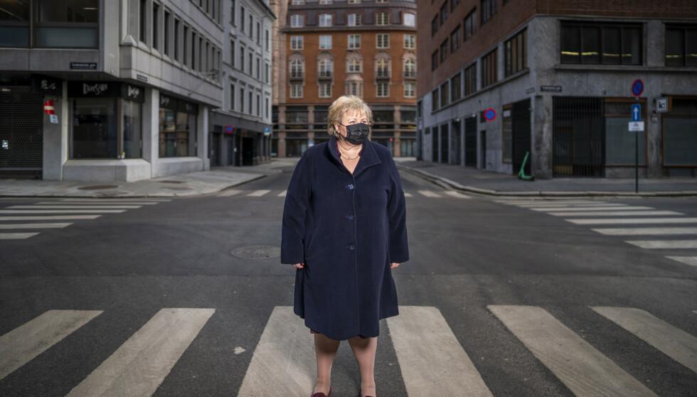 – Vi er jo lei. Det er vi jo alle, sier statsminister Erna Solberg i gatene i en koronastengt hovedstad – ett år etter nedstengningen i mars i fjor. Foto: Heiko Junge / NTB