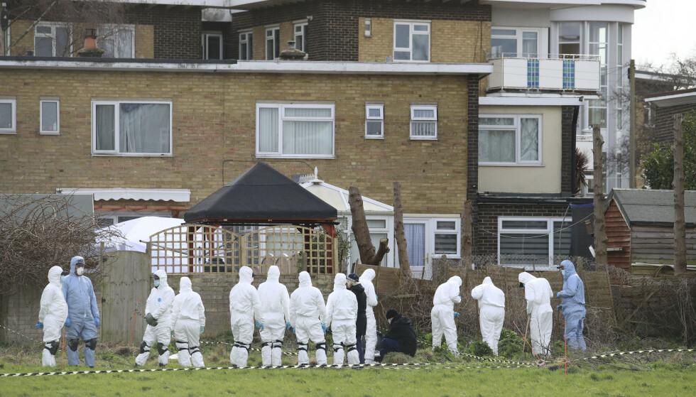 Rettsmedisinere arbeider ved et hus i Deal, sørøst i England, i saken der en ung kvinne i London forsvant på vei hjem og seinere ble funnet drept. En politimann er pågrepet for drapet. Foto: Gareth Fuller / PA via AP / NTB