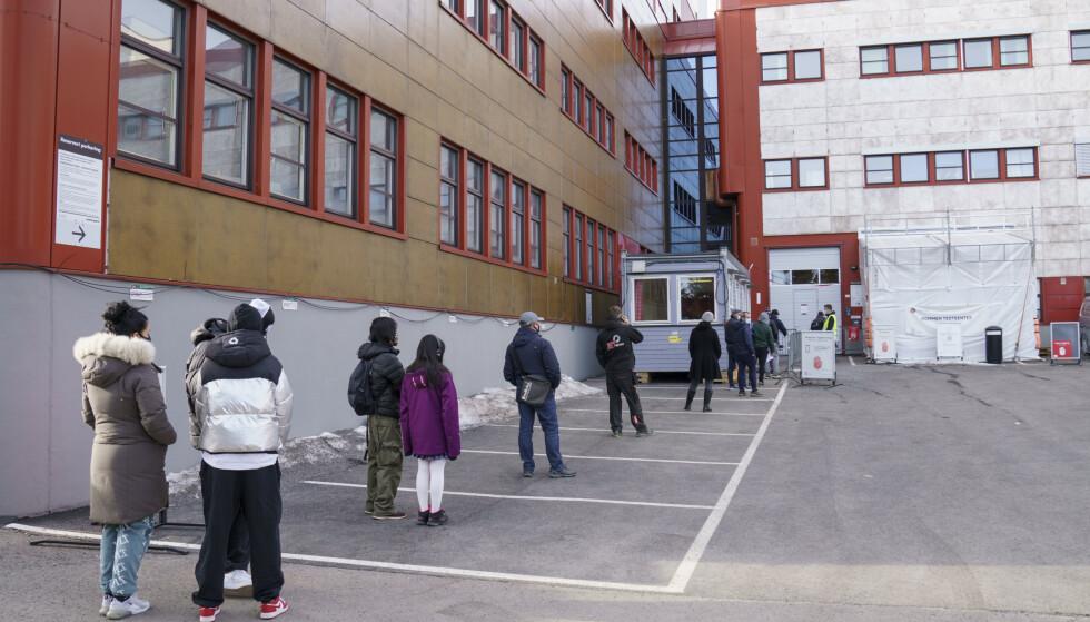 Folk i kø for å teste seg på Rommen i bydel Stovner. Foto: Torstein Bøe / NTB.