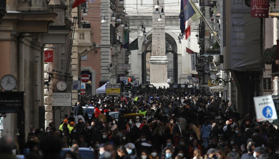 Søndag var det fullt av folk i handlegaten Via del Corso i Roma, dagen før store deler av landet ble stengt ned igjen. Foto: Alessandra Tarantino / AP / NTB.